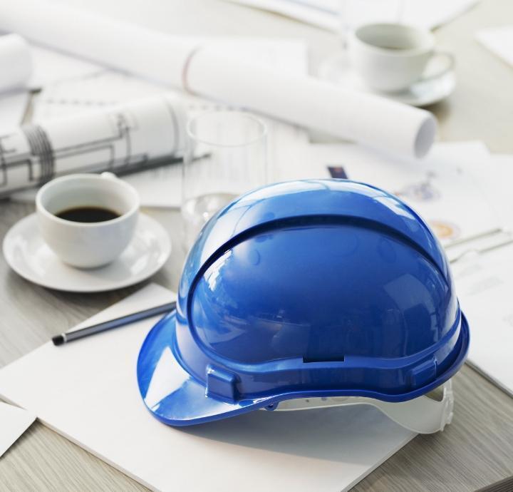 niebieski kask budowlańca